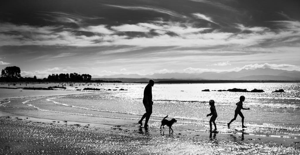 Famille sur la plage de Nelson-New Zealand-Sarah Galvan Photographe