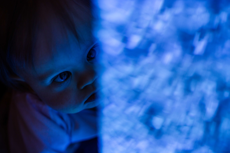 Mila-au-visage-bleu_Sarah-Galvan-Photographe