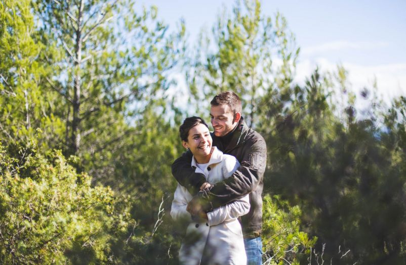 complicite-le fun entre amoureux-session engagement-Sarah Galvan Photographe-16
