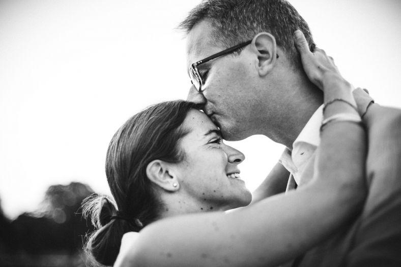 le bisou du futur marie-Sarah Galvan Photographe-7