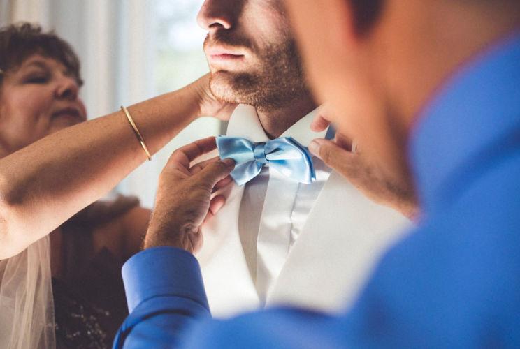 preparatif marie avec ses parentsDetail robe mariee--sarahgalvanphotographe